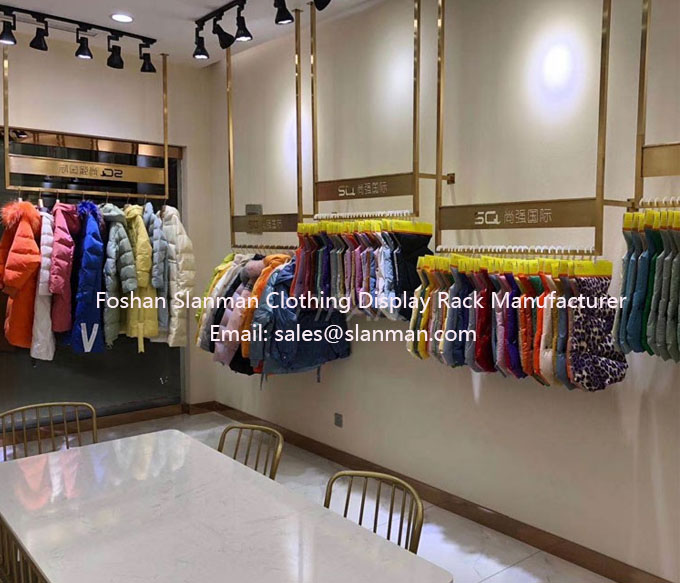 The clothing store displays golden stainless steel hangers for women's wear, Nordic hanging hangers, hangers and hangers